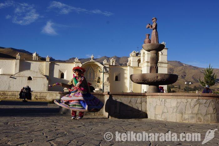 ヤンケの広場で踊る少女