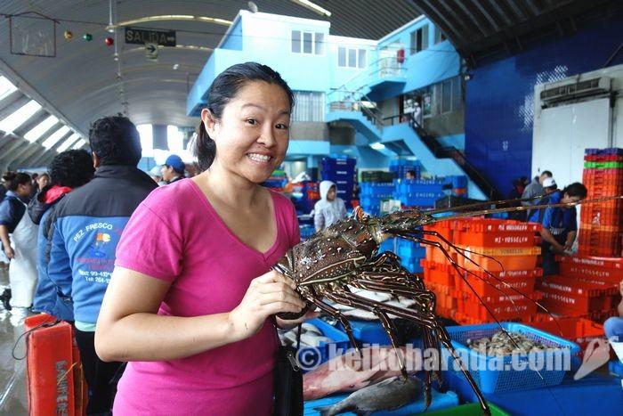 ビジャマリアの鮮魚卸売市場で、チャニと