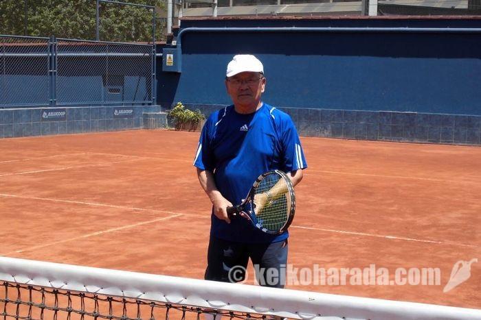 テニスコートに立つ小島さん