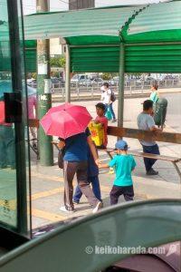 日傘のお母さんと子供