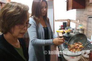 チャプチェ作り、玲子さんとヨランダ