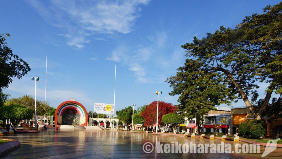 トゥンベスのアルマス広場