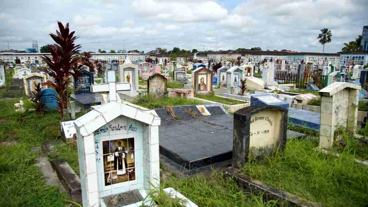 イキトスの墓地