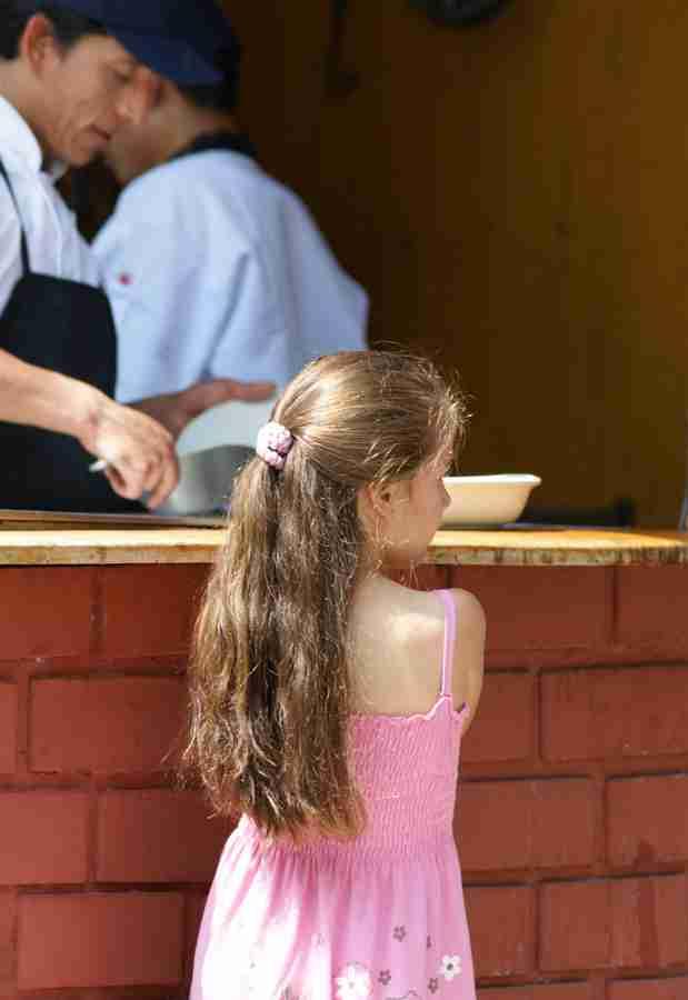 ポヨ・ア・ラ・ブラッサを待つ女の子
