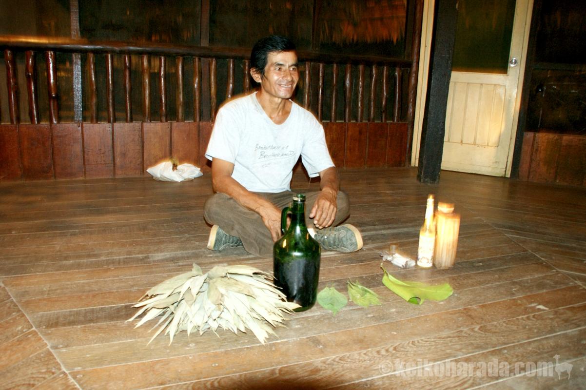 アヤワスカの儀式を行うシャーマン