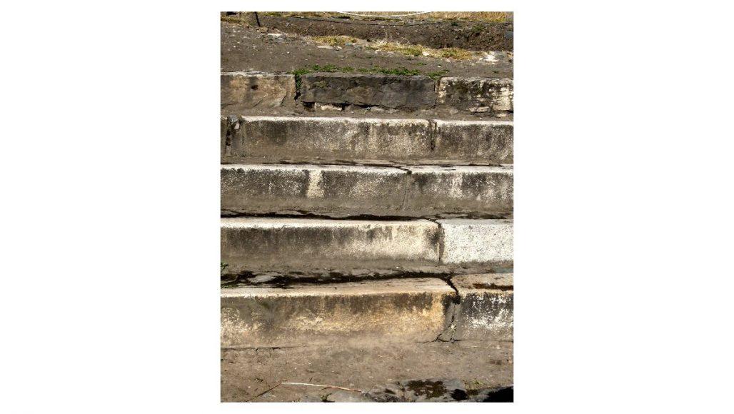チャビン・デ・ワンタル遺跡 構内広場の階段その1