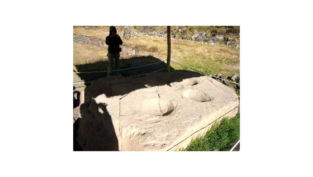 チャビン・デ・ワンタル遺跡 7つのくぼみの石